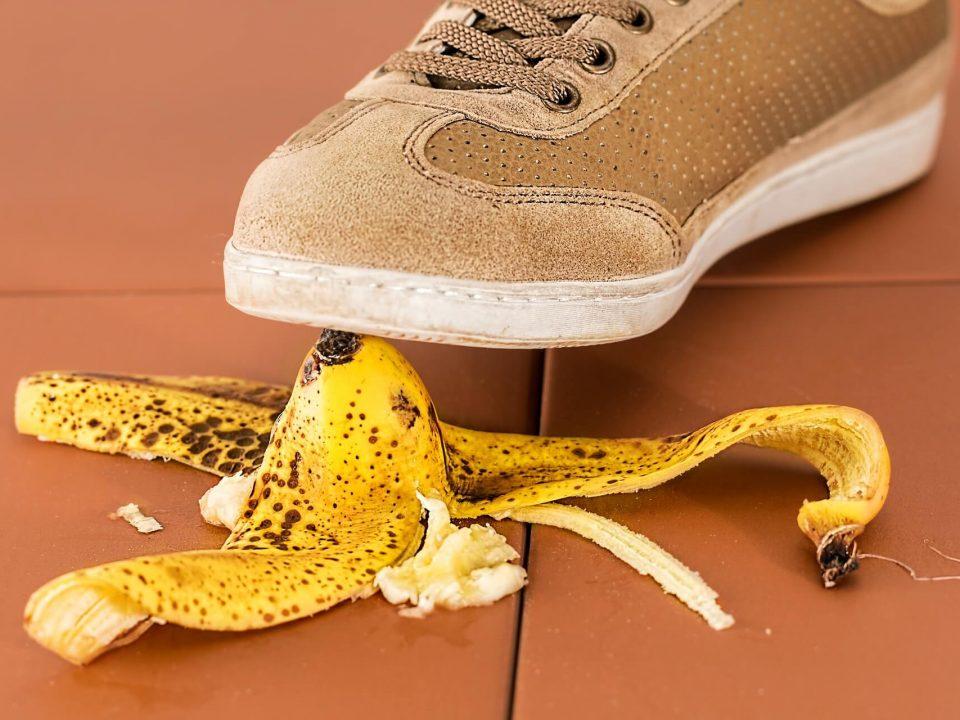skorka z banana na ziemi na której ktoś się zaraz poślizgnie