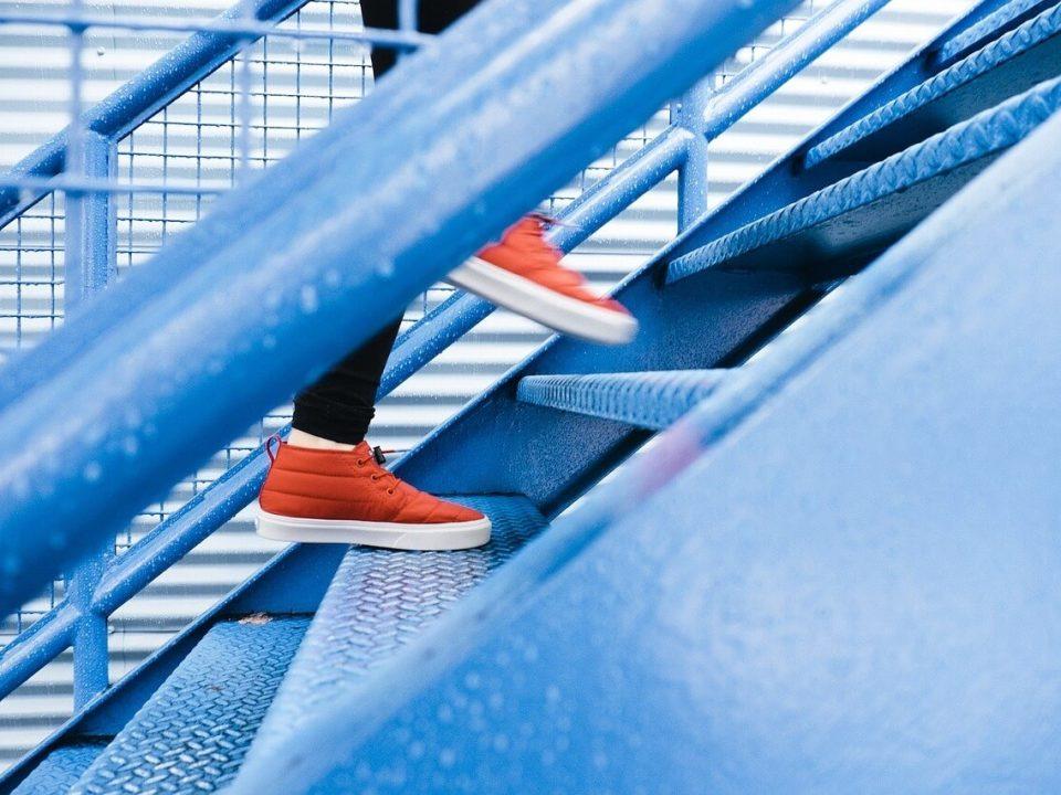 schody po których ktoś wchodzi do góry
