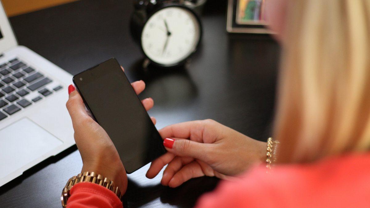 Kobieta szuka informacji ile wynosi kara za niedotrzymanie terminu tax return