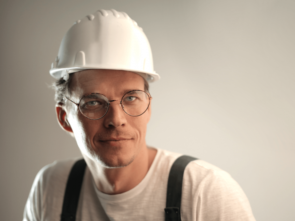 odwrotne obciążenie w branży budowlanej pracownik budowy w białym kasku