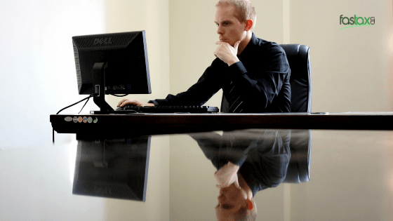 jak ujawnić dochody w HMRC mężczyzna przy komputerze szuka informacji